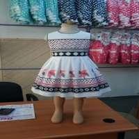 连衣裙的女孩