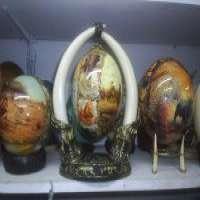 在立场上的装饰画鸵鸟蛋